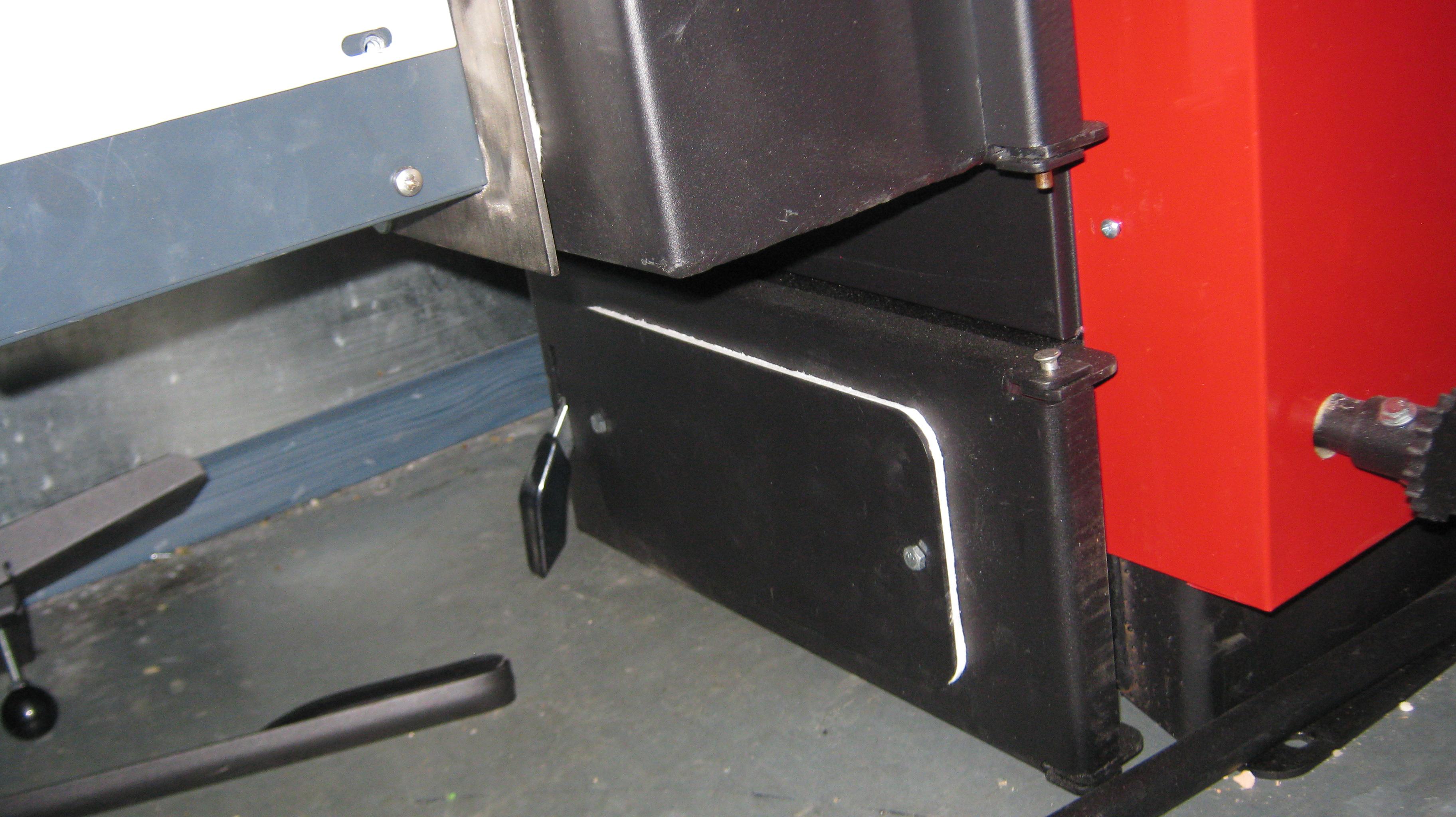 В котле предусмотрен зольник ,что позволяет  производить очистку котла от золы ,не снимая горелку.
