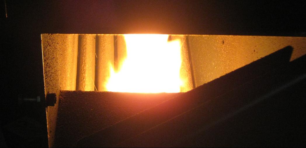 Пламя пеллетной горелки в топке котла.
